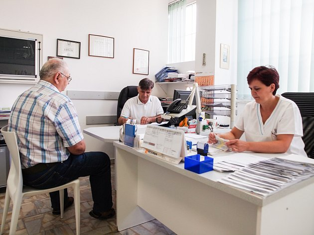 GARANTEM SLUŽBY je ašský lékař Georgis Konstantinidis. Se zdravotními problémy nově pomohou obyvatelům Ašska ve středisku v tamní Skřivánčí ulici. Pohotovost bude fungovat o víkendech a svátcích od 9 do 16 hodin.
