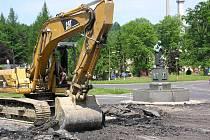 DO REKONSTRUKCE KOMUNIKACÍ investuje ašská radnic nemalé finanční prostředky. Přednost dostanou velké opravy, v letošním roce se uskuteční i několik středních. Nedostatek peněz v rozpočtu města ale znamená, že se mnoho věcí musí odložit.