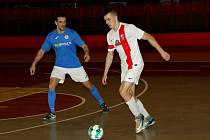 Atletico (v bílém) v utkání s Lovosicemi.
