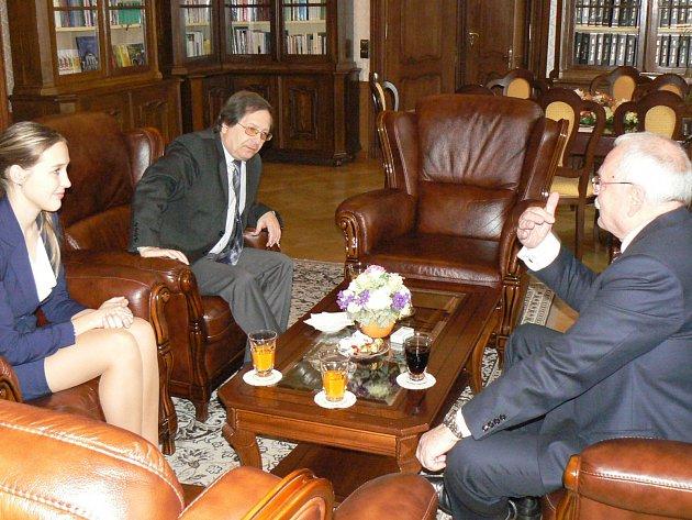 JEDNÁNÍ SE SLOVENSKÝM prezidentem Ivanem Gašparovičem (vpravo) a prof. PhDr. Romanem Holcem, CSc. (uprostřed)  se zúčastnila také absolventka chebského gymnázia Katrin Fridrichová.