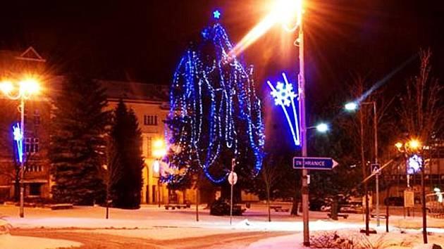 VÁNOČNÍ STROM, který dlouhá léta stával na ašském Masarykově náměstí, je již minulostí. Musel ustoupit stavebním pracím. Nově se nyní bude objevovat na blízkém Poštovním náměstí a každý rok radnice přiveze nový.
