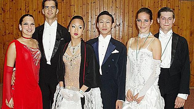 Na fotografii jsou zleva Michaela Svobodová s Martinem Benýškem, Hoang Van Le (Klárka) s Trung Hoang Khai (Tomáš) a pak vítězové třídy ´B´ ve standardních tancích Vladimír Hána junior s Magdalénou Hanušovou.