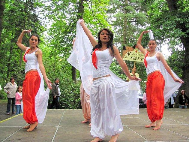 NA WEST COUNTRY FESTU, který se konal ve Františkových Lázních, se představily dívky z Dětského domova Plesná. Právě pro jejich domov byl určen výtěžek koncertu.