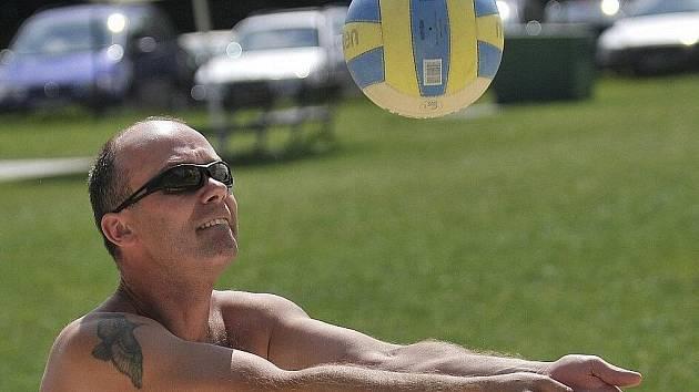 V areálu plovárny Dřenice u Jesenické přehrady se konal turnaj v beachvolejbale dvojic.