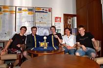 MLADÍ FYZICI z chebského gymnázia (na snímku zleva): Josef Hazi, Ondřej Matějka, František Koudelka, Le Quang Dung a Miroslav Kozák, zvítězili v nejnáročnější soutěži mladých fyziků a probojovali se tak do světového finále.