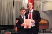 ABSOLUTNÍM vítězem ve hře na tubu v České republice je Petr Břeň. Ochotně po vyhlášení zapózoval se svým učitelem Bohumilem Polívkou.