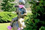 Lidé navlékli zdravotní roušku i soše malého Františka, který zdobí jeden z parků ve Františkových Lázních. Lidé se u sochy rádi fotí a ihned svoje fotografie sdílejí na sociálních sítích. Mimo jiné má František navlečené i bezpečnostní bačkůrky.