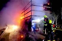 POŽÁR u Františkových Lázní zničil návěs kamionu i převážené dětské kočárky.