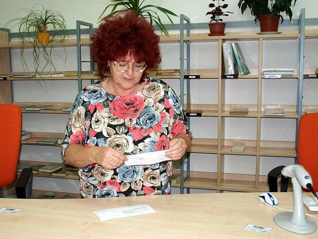 ZATÍM MAJÍ DLUŽNÍCI v chebské městské knihovně mnoho možností, jak svůj dluh splatit. Marie  Mudrová (na snímku) vysvětlila, že dostávají mnoho upozornění, že by měli začít problém řešit. Od příštího roku již ale nebudou v knihovně  tak benevolentní.