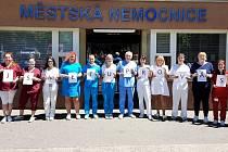 """Zaměstnanci nemocnice v Mariánských Lázních si během pandemie koronaviru sáhli na dno svých sil. S pomocí ale vše zvládli """"bez ztráty kytičky""""."""