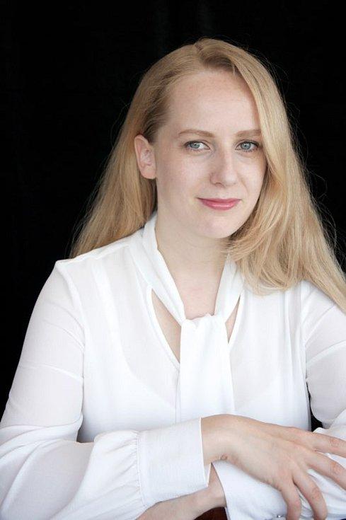 Petra Ben-Ari v současné době žije v Praze a věnuje se tlumočnictví a překladatelství. Je vdaná, má dvě malé děti, plynule mluví anglicky, čínsky, korejsky, italsky, domluví se hebrejsky.