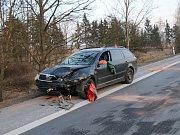 Při nehodě se zranili tři lidé, nejvážněji pak řidička z auta, do kterého Smart v protisměru narazil.
