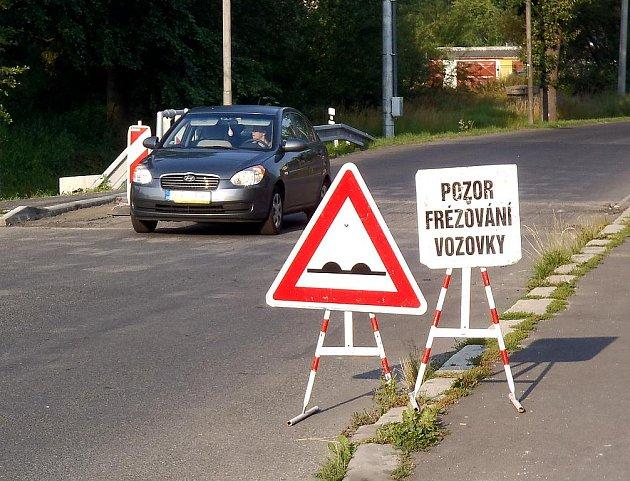 STAVEBNÍCI museli vyfrézovat část silnice u propustku v chebské Americké ulici.