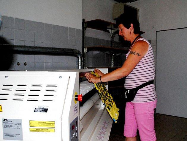 V prádelně Chráněných dílen Joker pracuje i Drahomíra Michálková.