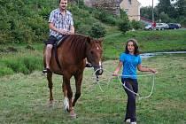 ZÁJEMCI SI MOHLI vyzkoušet jízdu na koni.