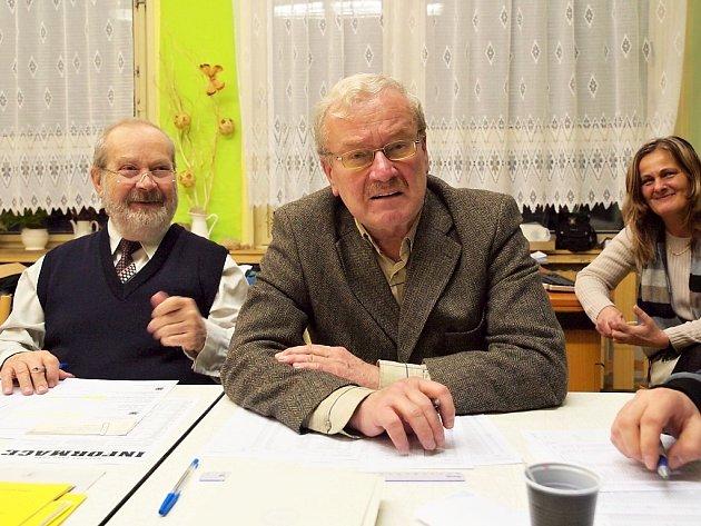 Jan Wolf (uprostřed), který usedl na židli volebního komisaře v Chebu.