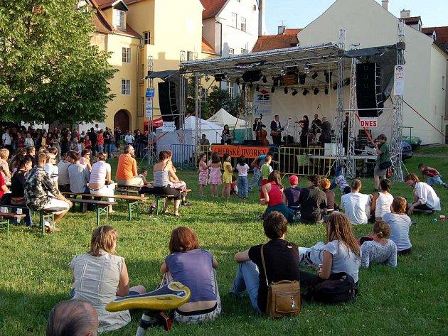 Ani počasí neodlákalo návštěvníky od návštěvy letošního ročníku festivalu Chebské dvorky