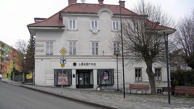 Uzavřená lékárna v Hranicích.