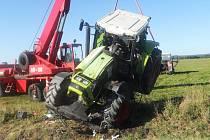 NEUVĚŘITELNÉ tři promile naměřili policisté v dechu řidiči traktoru, který skončil u Křižovatky koly vzhůru.