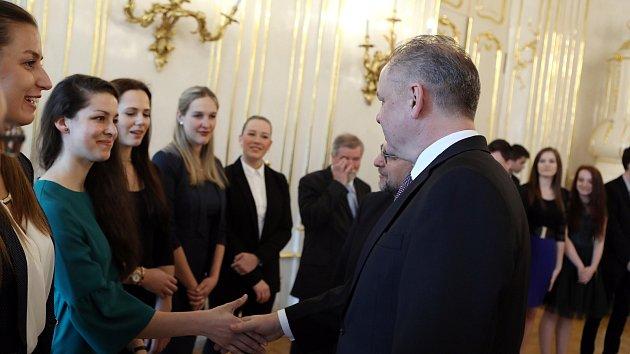 Absolventka gymnázia Lucie Pešanová přijímá poděkování prezidenta SR Andreje Kisky.