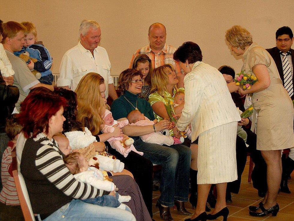 Devatenáct nových občánků zaplnilo o víkendu chebskou radnici.