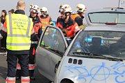 Záchranářské manévry při hromadné nehodě na D6.