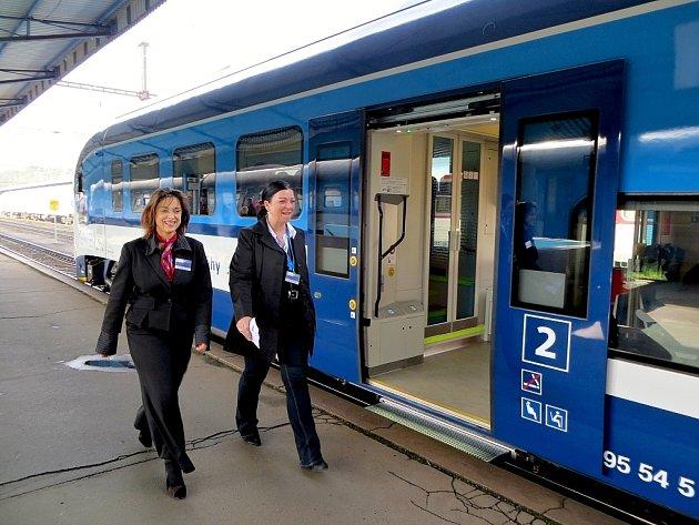 VLAKY S NÁZVEM REGIO SHARK zlepší v letošním roce cestování nejen po Karlovarském kraji. Poprvé je lidé mohli spatřit loni při Oslavách železnice, kdy dorazily na chebské nádraží.
