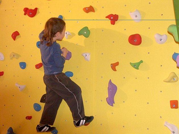Horolezecká stěna byla slavnostně otevřená na chebské 1. základní škole.