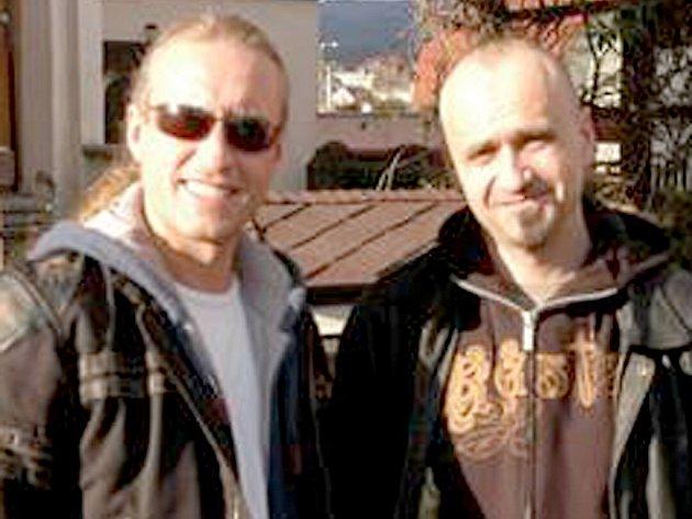 ZPĚVÁK KAMIL STŘIHAVKA (vlevo) vzešel ze skupiny Motorband. Vpravo šéf kapely Libor Matejčik. Pánové jsou velcí přátelé.