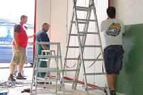 GARÁŽ hasičárny v Hájích sice dostala nová vrata, ale potřebovala by také rozšířit. Hájenští totiž potřebují další vůz, ale nemají ho kam zaparkovat.