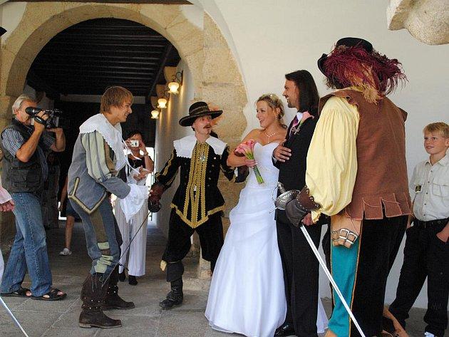 Hrad Seeberg si zvolil ke svému sňatku také jednatel skupiny historického a divadelního šermu Rectus Karel Kočí a jeho novomanželka Alena.