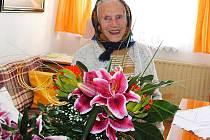OSLAVENKYNĚ. Terezie Šenkýřová z Lázní Kynžvartu oslavila už 102. narozeniny.