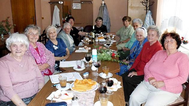 HELENA NEŠKRABALOVÁ z Mariánských Lázní (třetí zprava) oslavila v kruhu svých přátel, členek Klubu důchodců, úctyhodné 101. narozeniny.