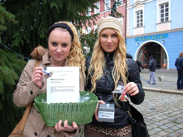 STUDENTKY zdrávky Bára Hendrychová a Ivanna Myhalynyuk (zleva) se vydaly do ulic prodávat perníčky pro hospic.
