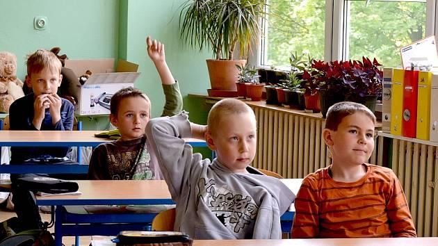PRVŇÁČCI se do školy většinou těší. Nemohou se dočkat, až potkají svou paní učitelku, která je prvním školním dnem bude provázet.