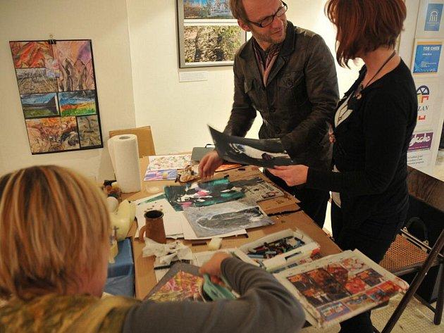 Jedinečnou možnost dává každoročně nejen místním  chebská Galerie 4 (G4). Všichni zájemci bez rozdílu věku si mohou v rámci workshopu s názvem MiXXXART vyzkoušet různé zajímavé výtvarné techniky.