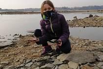 Eliška Soukupová provedla Deník celým ´výrobním procesem´ kamínkování. Nejdřív se musí kamínek najít.