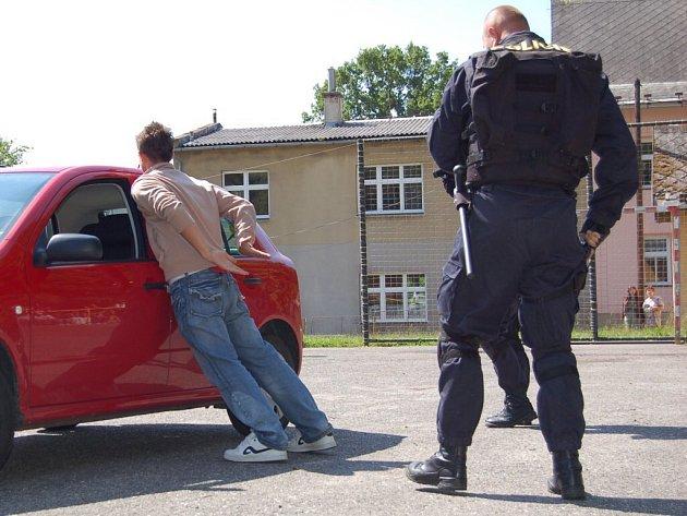 Ukázky policejní práce v základní škole ve Skalné