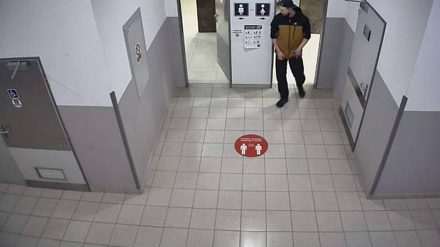 Policie hledá trojici osob ze záznamu bezpečností kamery.