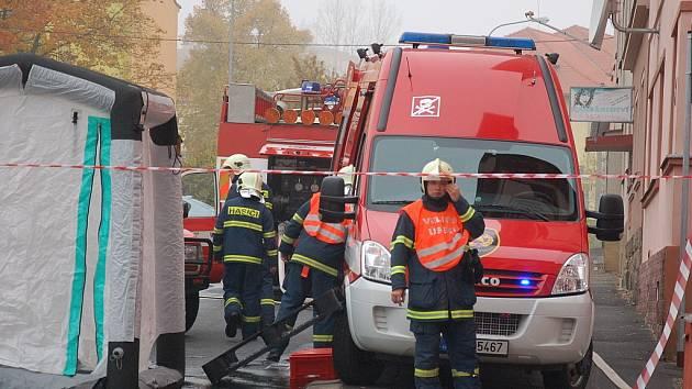 NĚKOLIK JEDNOTEK HASIČŮ zasahovalo při cvičném úniku čpavku z chebského zimního stadionu. Místní občané měli z akce velikou podívanou.