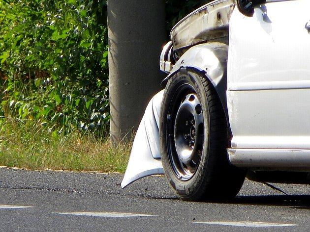 Dopravní nehoda dvou osobních automobilů zablokovala silnici z Chebu na Pomezí nad Ohří.