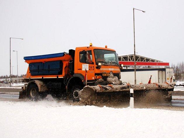 PŘIŠEL SNÍH A OPĚT ZKOMPLIKOVAL DOPRAVU. Silničáři se nezastavili, vozovky bylo nutné očistit, aby byly sjízdné. Přesto je na místě varování. Pod čerstvě napadaným sněhem mohou být namrzlá místa, proto by řidiči měli být i nadále opatrní.