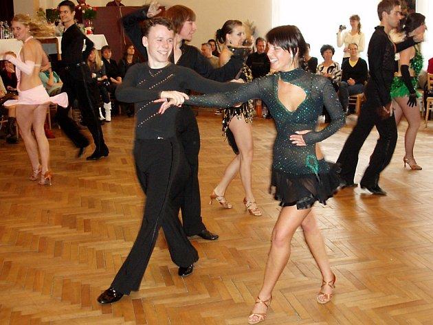 JASNÉ prvenství ve standardních tancích kategorie D si v Kralovicích vybojoval taneční pár Jan Tiekala a Ivana Vrbová.
