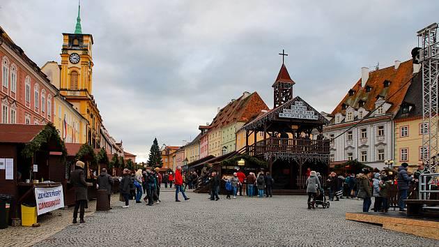 Tradiční vánoční trhy si mohou od soboty užívat v Chebu.