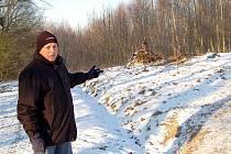VE SVÉM IMPROVIZOVANÉM OBYDLÍ, které Deníku ukázal napadený Jiří Pošmura, přebývá muž bez domova v okolí Chebu i v těchto silných mrazech.