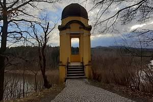 Na vyhlídce Chebská stráž, více známé pod německým názvem Egerwarte, stojí empírový vyhlídkový altánek. Výhled z něj je na přehradní nádrž Skalka.