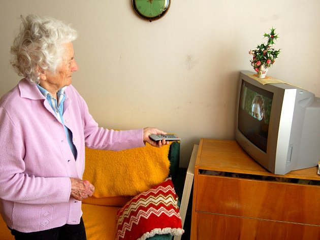 ZATÍM TO JDE. Ovládání televize je ještě zatím pro seniory hračkou. Ale i devětaosmdesátiletá Marie z Chebu se děsí toho, co všechno bude muset pro příjem digitální televize potřebovat.