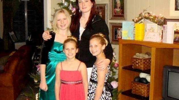 BARBORA Lukšová (nahoře vpravo) z Aše čekala v Texasu s americkými ´ségrami´ o Vánocích na Santu.