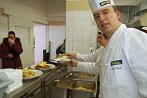 V JÍDELNĚ chebské integrované střední školy mají strávníci možnost si vybrat až z pěti druhů jídel denně.