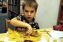Nejen ratolesti, ale i jejich maminky se zapojily do výroby stromů na výtvarné dílně Kutílek v chebské dětské knihovně.
